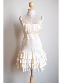 D1060 เดรสสั้นผ้าซาติน สีขาวครีม หลังสม็อคยืดได้ น่ารักมากค่ะ