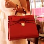 """""""พร้อมส่ง""""กระเป๋าแฟชั่นAxixi กระเป๋าถือ สีแดง ใบใหญ่ ประดับโบว์ด้านหน้า ดูหรูค่ะ สะพายก็ได้นะคะ มีสายสะพายให้"""