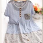 """""""พร้อมส่ง""""เสื้อผ้าแฟชั่นสไตล์ญี่ปุ่นราคาถูก มินิเดรสแขนสั้น แต่งลูกไม้ถักรอบคอ ติดกระดุมหลอก ต่อชายด้วยผ้าสีเทาจุดสี ไม่มีซับใน - สีฟ้า"""