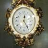 นาฬิกาแขวนผนังดีไซน์สวยหรู ประดับขอบตัวเรือนด้วยดอกไม้สีทอง