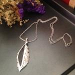 Vintage necklace : สร้อยคอวินเทจ จี้รูปใบไม้ สีเงิน/ดำ *วัดความยาวรอบเส้น*