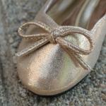 รองเท้าคัทชูสีทอง
