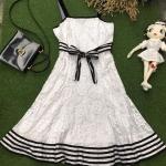 Vintage dress : เดรสลูกไม้สีขาว แต่งขลิบดำ โบว์ช่วงเอวผูกปรับระดับได้ ซับในเต็มตัว