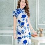 XL93 ชุดเดรสผ้า ดัชเช่เนื้อดีมากหนานุ่ม คอจีนมีโบว์ พื้นสีขาว ลายดอกสีน้ำเงิน พลาดแล้วจะเสียดาย