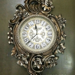 นาฬิกาแขวนตกแต่งบ้านสวยหรู ตัวเรือนสีทองประดับด้วยดอกกุหลาบ