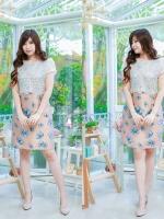 Size= M,L,XL, 3XL ,5XL ชุดเดรส-ไซส์เล็ก-ไซส์ใหญ่ เสื้อคลุมผ้าลูกไม้สีขาว เย็บติดบนชุดผ้าลูกไหม พื้นสีน้ำตาล ทอลาย