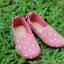 รองเท้าผ้าแคนวาสลายจุดสีชมพู
