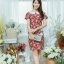 XL775 ชุดเดรสผ้า Canvas พื้นแดงลายดอก แต่งปก กระเป๋า ติดโบว์ ผ้าสีขาว เพิ่มความน่ารักให้กับชุด thumbnail 3