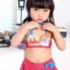 ชุดว่ายน้ำเด็กหญิงทูพีช สีแดง ลายจุดสีฟ้า รูปอันปังแมนที่หน้าอก พร้อมหมวกมีหูสีฟ้า