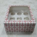 กล่องคัพเค้ก กล่องคัพเค้ก 9 ชิ้น (พร้อมฐานคัพเค้ก) ลายดาวแดง