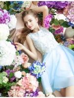 ชุดเดรสออกงาน ผ้าชีฟอง เนื้อดี สีฟ้า แขนกุด ตัวเสื้อเย็บซ้อนด้วยผ้าถักลายดอกไม้ สีขาว