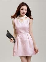 ชุดเดรส แขนกุด ผ้าคอตตอนผสม มีลายในตัวสีชมพู คอเสื้อแต่งด้วยมุก สีขาว
