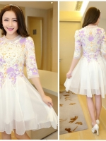ชุดเดรสสั้น ตัวเสื้อผ้าลูกไม้โทน สีม่วง-ขาว กระโปรงผ้าชีฟองเนื้อดี มีลายเส้นของเนื้อผ้าสีขาว