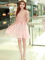 ชุดเดรสไปงาน เสื้อผ้าลูกไม้อย่างดี สีชมพู หน้าอกเสื้อแต่งด้วยผ้าลายดอกไม้ ประดับด้วยมุก สีขาว