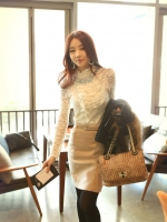 เสื้อลูกไม้ แฟชั่นเกาหลี ชนิดเนื้อนิ่ม สีขาว แขนยาว คอเต่า แต่งคอเสื้อด้วยคริสตรัลใส