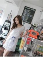 ชุดเดรสแฟชั่น ชุดเดรสผ้าถักสีขาว เอวจั๊ม มีเชือกผูกให้กระชับช่วงเอว ปลายแขนเสื้อพับ