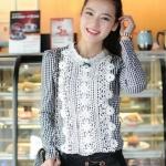เสื้อทำงาน แฟชั่นเกาหลี ด้านหน้าเป็นผ้าลูกไม้ เสื้อเป็นผ้ามัน คอกลม ประดับพลอยที่คอ ซิปหลังครึ่งตัว เสื้อสีขาว-ดำ สวยมากๆ