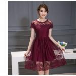 ชุดเดรสสวยๆ ตัวชุดผ้าลูกไม้ลายเส้น สีแดงเลือดหมู หน้าอกและชายแขนเสื้อเป็นผ้าถักลายดอกไม้