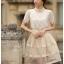 เสื้อผ้าลูกไม้ แฟชั่นเกาหลี เนื้อนิ่ม ยืดหยุ่นได้สีขาว คอเสื้อแต่งด้วยมุกและคริสตรัลใส่ สวยมากๆ เลยครับ พร้อมส่ง thumbnail 2