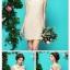 ชุดเดรสแขนกุด ผ้าไหมสีครีม ด้านหน้าชุด เย็บซ้อนด้วยผ้าลูกไม้ แต่งโบว์ที่คอเสื้อ สวยหรูครับ thumbnail 4