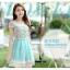 ชุดเดรสสั้น ตัวเสื้อผ้าชีฟองสีขาว หน้าอกเสื้อผ้าปักรูปดอกไม้ แต่งมุกสีขาว กระโปรงผ้าชีฟองสีฟ้า เย็บซ้อนด้วยผ้าไหมแก้ว thumbnail 3