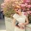 ชุดเดรสสั้น ชุดเดรสเจ้าหญิง ผ้าลูกไม้สีขาว ยืดหยุ่นได้ดี ไหล่บ่าล้ำ แต่งช่วงไหล่และชายกระโปรง ด้วยผ้าชีฟองรูปดอกไม้ thumbnail 3